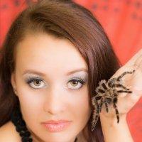 девушка с пауком :: Julia