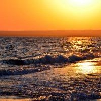 Скоро солнце золотое окунется в синь волны... :: Ольга Голубева