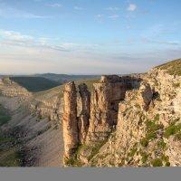 Скалы Монахи на плато Бермамыт. Высота 2500 м. Внизу бездна Эшкаконского ущелья. :: Vladimir 070549