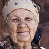 Неподдельная доброта. Бабушка на рынке. :: Ольга