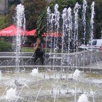 С ноутбуком у фонтана :: Александр Скамо