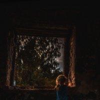 Печально старое окно ... :: Ирина Данилова