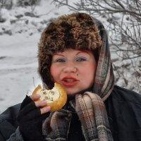 Дэушка с ватрушкой. :: Наталья S