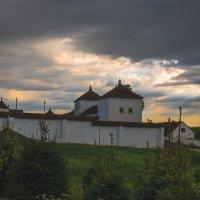 У стен монастыря :: Игорь Вишняков