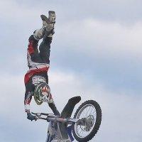 Вытянулся в струнку... вместе с мотоциклом :: Alexandr Zykov