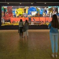 На выставке современной живописи. :: Edward J.Berelet