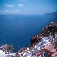 Крутые улочки Санторини. Греция. На каждом углу в качестве сувениров продают кусочки пемзы (лавы) :: Vladimir 070549