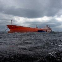 бурное море на внешнем рейде :: Ingwar