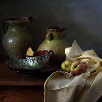 Зеленый кувшины, яблоки и незваная гостья :: Татьяна Карачкова