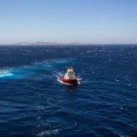 Лоцманский бот  доставляет на круизный лайнер капитана-судоводителя. Эгейское море. :: Надежда