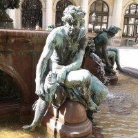 Фонтан богини Гигиеи у Ратуши (Der Hygieia-Brunnen). Фрагмент :: Nina Yudicheva