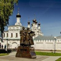 Памятник  святым Петру и Февронии на фоне Благовещенского монастыря :: Игорь Егоров