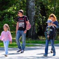 Прогулка в парке будним днём. :: Геннадий Александрович