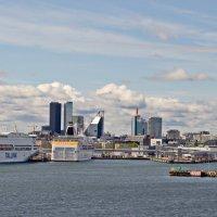 Вид на новый Таллин и порт с моря :: Олег Попков