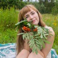 Девушка с рябиной :: Юлия Сургучёва