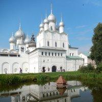 Церковь Вознесения Христова на фоне Успенского собора :: Олег Сизов
