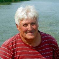 Портрет на фоне реки. :: Чария Зоя