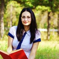Девушка с книгой :: Мария