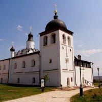 Сергиевская церковь (построена псковскими мастерами из известняка в 1570-1604 гг. на месте деревянно :: Наталья Серегина