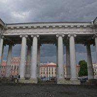 арка Аничкова Дворца перед грозой :: Елена