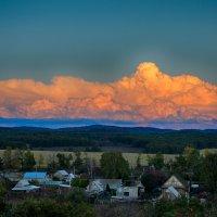 Закатное солнце подсвечивает облака ... :: Константин Филякин