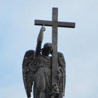 Фигура Ангела на Александровской колонне :: Вера Щукина