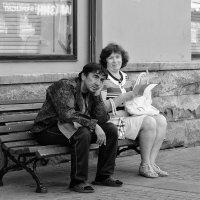 Разные настроения на одной скамейке :: Александр Степовой