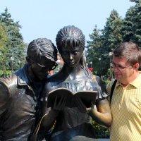 Памятник Шурику и Лидочке :: Алексей Каравайцев
