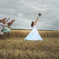 Невеста бросает букет :: Ирина Селицкая