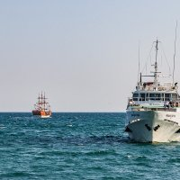 Корабли в Коктебельской бухте :: Николай Ефремов