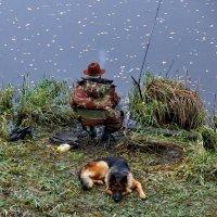 Рыбак под охраной. :: Пётр Сесекин