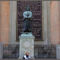 Памятник Олаусу Петри у Кафедрального собора :: Вера