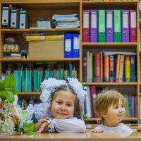Первоклашка захватила с собой младшую сестру на 1 сентября :: Мария Корнилова