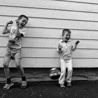 дворовые мальчишки играют в вышибалу :: Sofia Rakitskaia