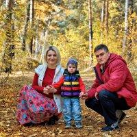 Просто семейное фото в осеннем лесу :: Дмитрий Конев