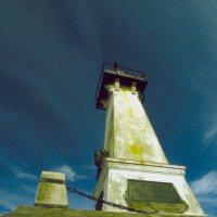 Памятник Семёну Дежнёву и радио маяк на мысе Пээк :: Владимир Максимов