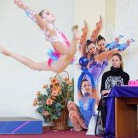 Алина (судья на линии), Настя (в прыжке), Люба и Мелита (у стены). :: Павел Сущёнок