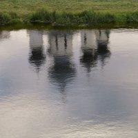 Отражение в реке Тихвинке :: Наталья
