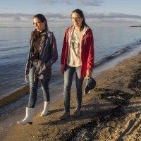 Северодвинск. Прогулка у моря. Одинаковые :: Владимир Шибинский
