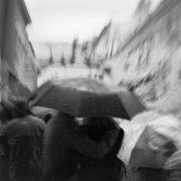 двое  под одним зонтом... :: Ирина Лепихина