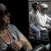 Дама  и мотоциклисты :: Людмила Синицына