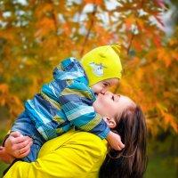 Мама, сын и золотая осень! :: Ольга Егорова
