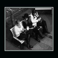 ..три девицы.... с телефонами.. простите!..с гаджетами!..(ну и словечко!).:)))) :: Ира Егорова :)))