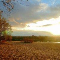 Закат с речного пляжа :: Юрий Анипов