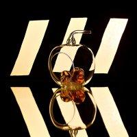 Натюрморт со стеклянным яблоком :: Irina-77 Владимировна