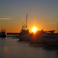 Закат в порту Сочи :: valeriy khlopunov
