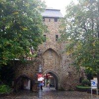 Ворота в средневековый город, окруженный крепостной стеной :: Валерий Новиков