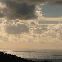 Море освещенное солнцем :: valeriy khlopunov