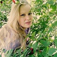 Если долго смотреть на девушку, она обязательно достанет зеркало. :: Наталья Александрова