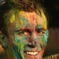 Портрет Молодого человека на празднике Холли (Праздник красок) :: Александр Валяев